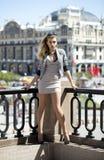 Młoda piękna kobieta w beżu skrótu smokingowy pozować outdoors w su Zdjęcie Stock