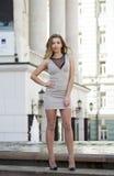 Młoda piękna kobieta w beżu skrótu smokingowy pozować outdoors w su Obraz Royalty Free