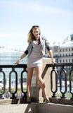 Młoda piękna kobieta w beżu skrótu smokingowy pozować outdoors w su Zdjęcia Royalty Free