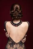 Młoda piękna kobieta w czerni sukni od tylnej strony na marsali c Obrazy Royalty Free