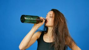 Młoda piękna kobieta w depresji, pijący alkohol, płacze Traktowanie alkohol zależność zbiory wideo