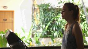 Młoda piękna kobieta w gym na karuzeli używa hologram z kierowym bicie serca Futurystyczny poj?cie swobodny ruch ilustracja wektor