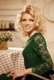 Młoda piękna kobieta w kawiarni Nowożytna modna blondy dziewczyna w ponownym Obrazy Royalty Free