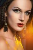 Młoda piękna kobieta w kolczykach Pracowniany moda portret zdjęcia stock