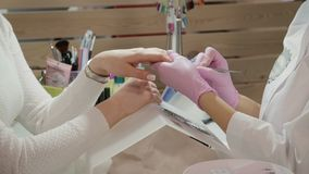 Młoda piękna kobieta w manicure'u salonie zbiory wideo