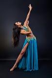 Młoda piękna kobieta w orientalnym tanu Obrazy Stock