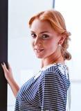 Młoda piękna kobieta w pasiastej bluzce Zdjęcia Stock