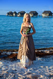 Młoda piękna kobieta w romantycznej sukni na plaży, tropics.portrait przeciw tropikalnemu morzu zdjęcia royalty free