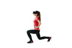 Młoda piękna kobieta w rzeczywistość wirtualna szkłach robi aerobikom daleko Przyszłościowy technologii pojęcie Nowożytny zobrazo Fotografia Stock