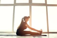 Młoda piękna kobieta w rzeczywistość wirtualna szkłach robi aerobikom daleko Przyszłościowy technologii pojęcie Nowożytny zobrazo Zdjęcia Stock
