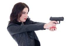 Młoda piękna kobieta w skórzanej kurtki strzelaninie z armatnim isolat zdjęcie stock