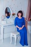 Młoda piękna kobieta w skintight sukni W Bożenarodzeniowym wnętrzu Fotografia Stock