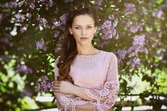 Młoda piękna kobieta w wiosny okwitnięcia drzewach fotografia stock
