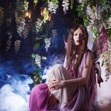 Młoda piękna kobieta w wizerunku czarodziejki, magiczny ciemny las Fotografia Royalty Free