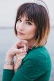 Młoda piękna kobieta w zielonej sukni Fotografia Royalty Free