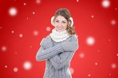 Młoda piękna kobieta w zimie odziewa nad czerwonym bożego narodzenia backg Zdjęcie Royalty Free