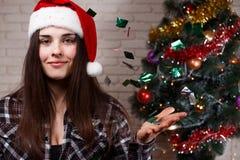 Młoda piękna kobieta wita nowego roku w Santa nakrętce 2018 t fotografia stock