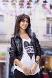 Młoda piękna kobieta z czarną skórzaną kurtką plenerową obraz stock