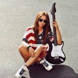 Młoda piękna kobieta z gitarą elektryczną - outdoors Obrazy Royalty Free