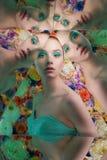 Młoda piękna kobieta z jaskrawym colorfull makeup na kwiatu tle zdjęcie royalty free