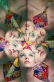Młoda piękna kobieta z jaskrawym colorfull makeup na kwiatu tle obrazy royalty free