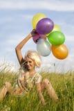 Młoda piękna kobieta z kolorów balonami Obrazy Stock