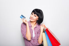 Młoda piękna kobieta z kredytową kartą i torba na zakupy Zdjęcie Royalty Free