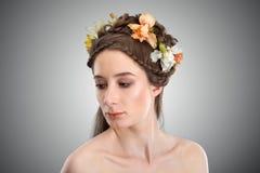 Młoda piękna kobieta z kwiatami w jej włosy Obrazy Royalty Free