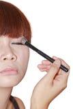 Młoda piękna kobieta z muśnięciem dla makijażu zdjęcie royalty free