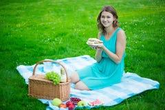 Młoda piękna kobieta z pyknicznym koszem, owoc i kanapkami, Fotografia Royalty Free