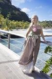 Młoda piękna kobieta z różą na drewnianej ścieżce przy morzem, zwrotniki Obrazy Royalty Free