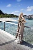 Młoda piękna kobieta z różą na drewnianej ścieżce przy morzem, zwrotniki tahiti Fotografia Stock