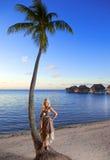 Młoda piękna kobieta z różą na palmie tree.portrait maksimum fotografia royalty free