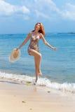 Młoda piękna kobieta z słomianym kapeluszem w rękach obrazy stock
