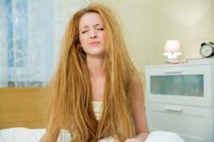Młoda piękna kobieta z upaćkanym włosy Obrazy Royalty Free