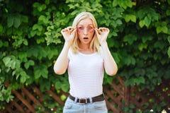 Młoda piękna kobieta z wyrazem twarzy niespodzianka obraz stock