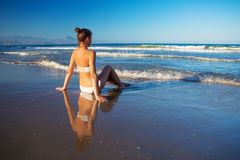 Młoda piękna kobieta zabawę przy morzem w lecie Obraz Stock