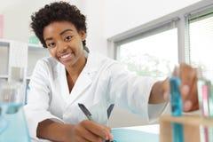 Młoda piękna kobiety lekarka w mężczyźnie obraz stock