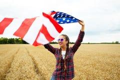 Młoda piękna kobiety mienia usa flaga Obrazy Royalty Free