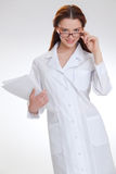 Młoda piękna lekarka odizolowywająca na bielu fotografia royalty free