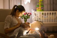 Młoda piękna matka, breastfeeding jej nowonarodzonej chłopiec przy ni obrazy royalty free