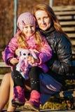 Młoda piękna matka z jej córką na spacerze na pogodnym jesień dniu fotografia royalty free