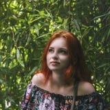 Młoda piękna miedzianowłosa dziewczyna wśród zielonego bambusowego lasowego lo obrazy royalty free
