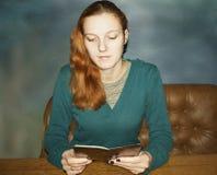 Młoda piękna miedzianowłosa kobieta Zdjęcie Stock