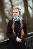 Młoda piękna modna rudzielec kobieta z warkocza uczesaniem w błękitnego białego headcraft okopu eleganckiej drelichowej czarnej k fotografia stock