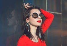 Młoda piękna modniś dziewczyna w czerwonej bluzce z okularami przeciwsłonecznymi obraz royalty free