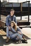 Młoda piękna mody para jest ubranym cajgi odziewa w świetle dziennym Zdjęcie Royalty Free