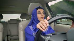 Młoda piękna muzułmańska kobieta w hijab napędowym samochodzie na drodze zdjęcie wideo
