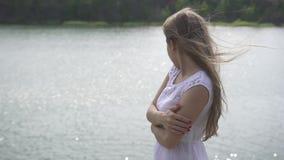 Młoda piękna nastolatek dziewczyny pozycja na kamiennym pobliskim halnym jeziorze Zakończenie zbiory