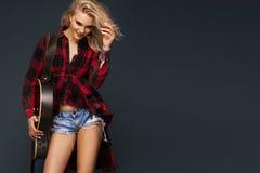 Młoda piękna nastoletnia dziewczyna bawić się na gitarze koncert hobby Zdjęcia Royalty Free